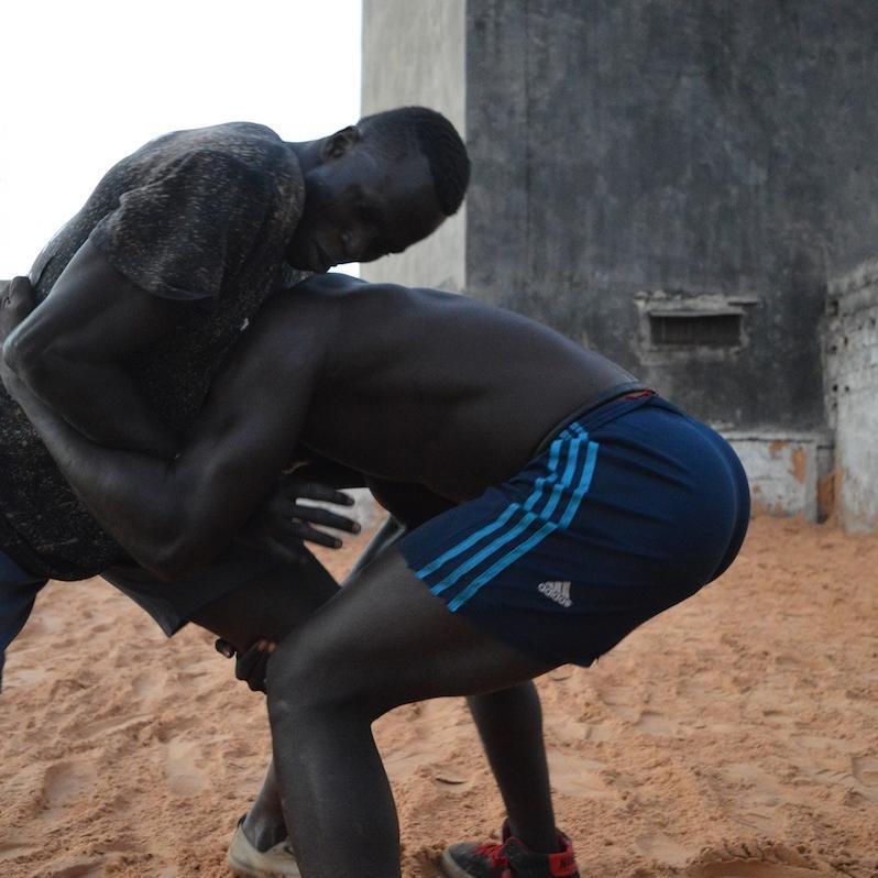 Derri re le show business et les traditions de la lutte for Interieur sport lutte senegalaise