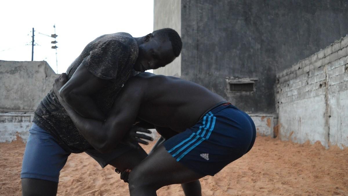 Derrière le show business et les traditions de la lutte sénégalaise
