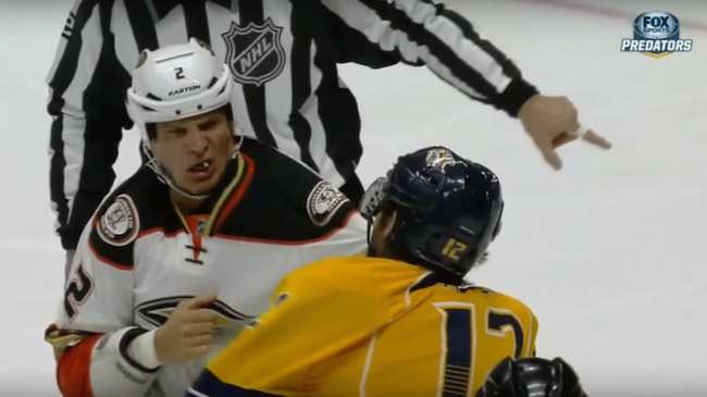 4b30e44b31b Mike Fisher Knocks out Kevin Bieksa's Tooth in Fight - VICE