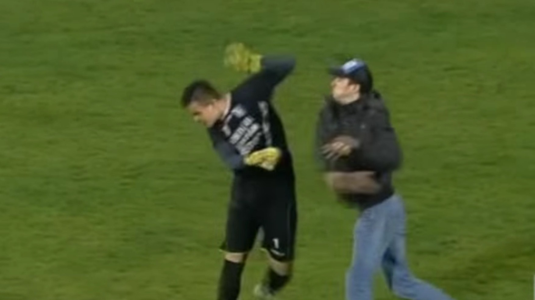"""Fan"" Fights Keeper During Romanian Liga 2 Match"