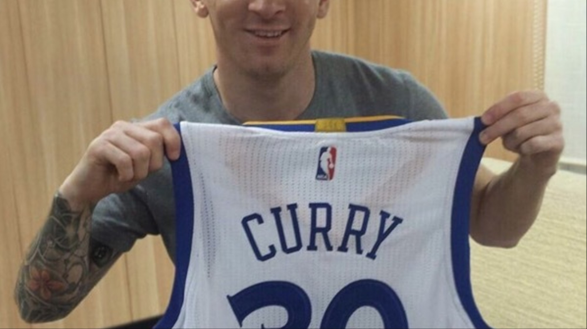 new products f900f 11849 Messi Receives Steph Curry's Signed Jersey, Immediately ...