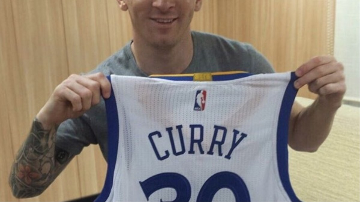 417827a43 Messi Receives Steph Curry s Signed Jersey