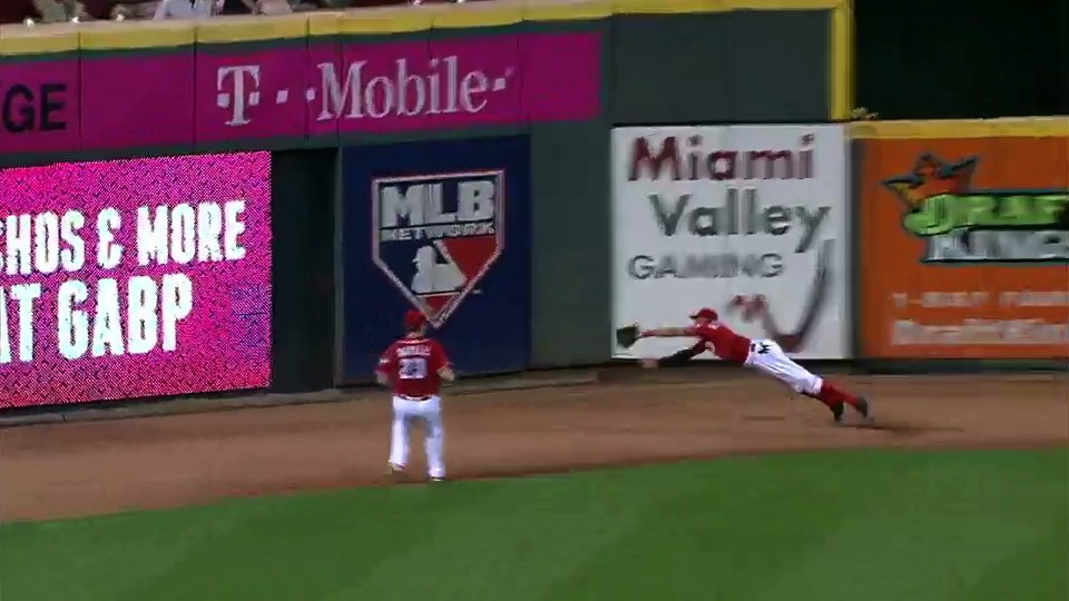 Billy Hamilton Lays All the Way Out to Yoink Extra Bases from Carlos Beltran