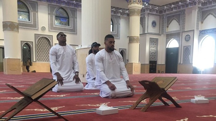 Heavyweight Champ Anthony Joshua Receives Harsh Criticism for Praying in a Mosque