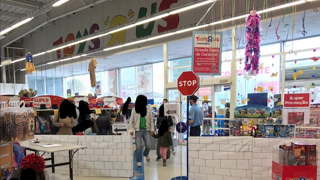"Mexican National Player Miguel Layún Walks Out of Portugal Toys""R""Us, Offended by Border Wall Decoration"