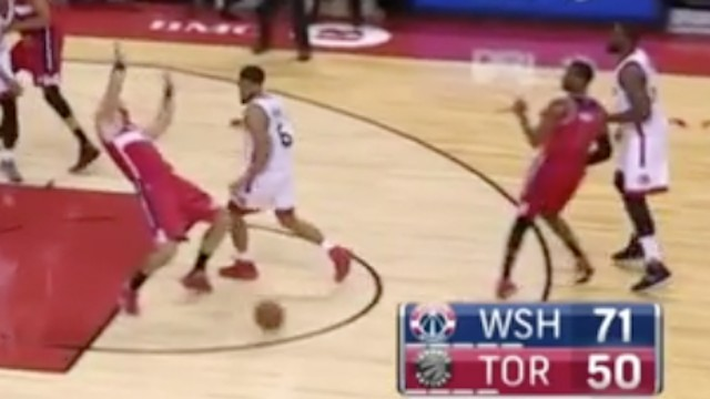 John Wall Rockets No-Look Pass Straight to Marcin Gortat's Dome